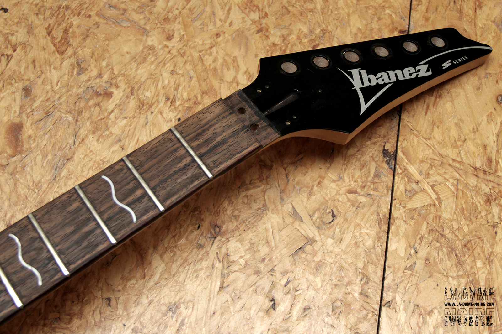 Head of Ibanez S470 guitar free from its tuners